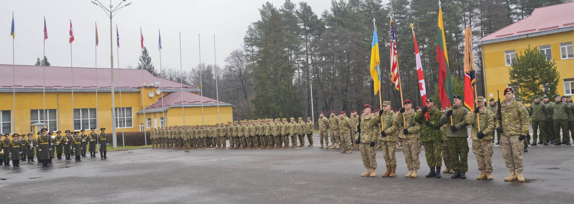 """Soldaten der multinationalen Ukraine-Trainingsgruppe bei der Eröffnungszeremonie am 15. November zum Ausbilungsmanöver """"Fearless Guardian II (Furchtloser Wächter II) im Ausbildungszentrum in Yavoriv, Ukraine"""