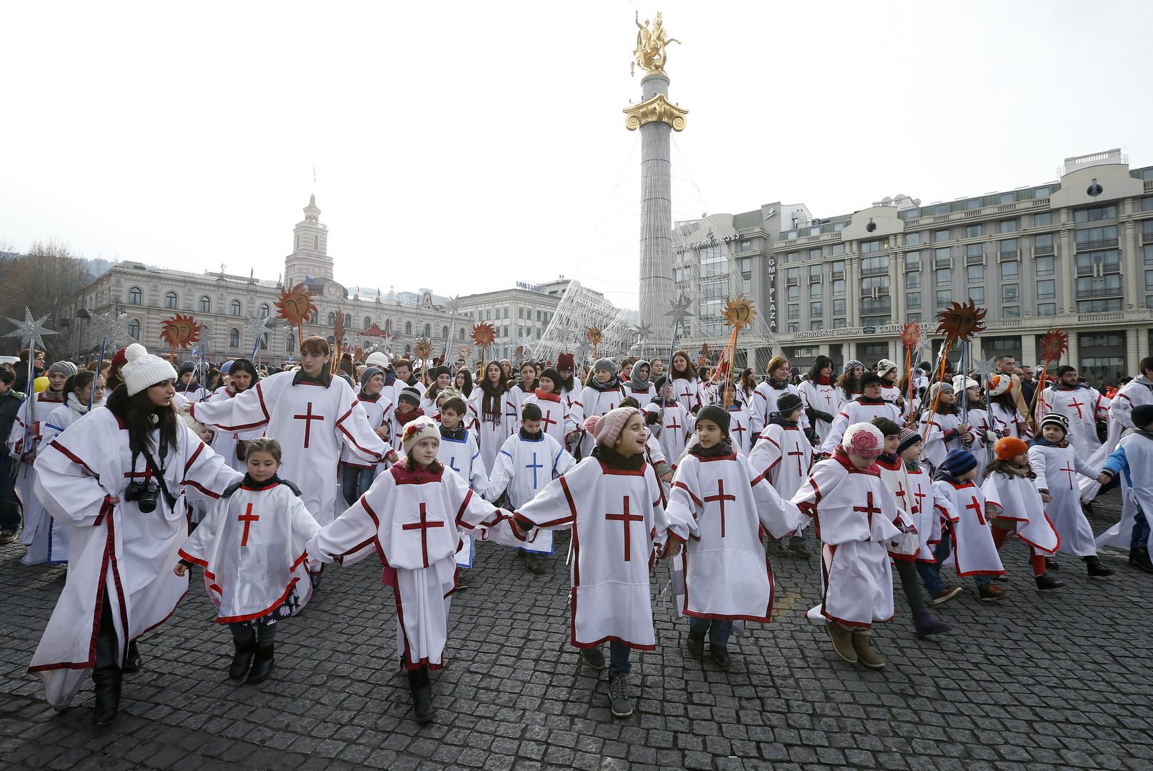"""Teilnehmer eines """"Alilo""""-Marsches, eine religiöse Prozession der Orthodoxen Kirche. Aufgenommen in Tbilisi, Georgien 7. January  2016."""