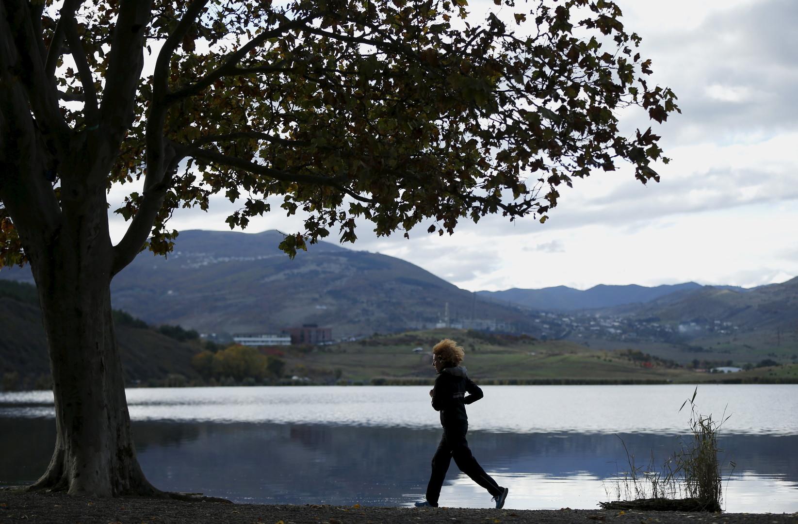 Eine Joggerin am See Lisi in Tbilisi, Georgien, letzten Oktober.