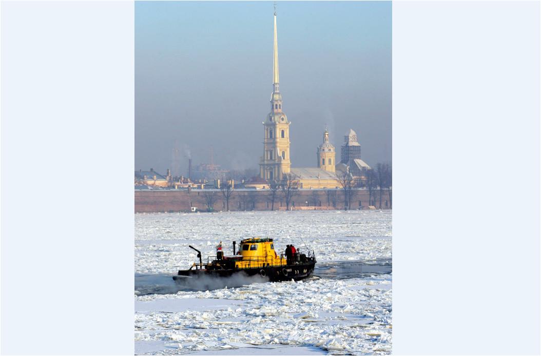 Ein Eisbrecher auf dem Neva Fluss vor der Peter und Paul-Festung in St. Petersburg. Archivbild von Januar 2007.