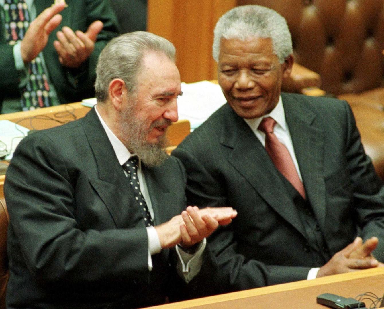 Fidel Castro und Nelson Mandela im Gespräch im südafrikanischen Parlament, September 1995