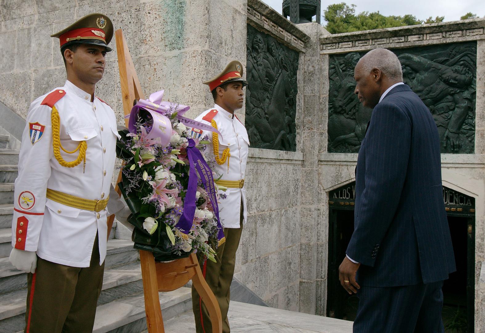 Angolas Präsident Jose Eduardo Dos Santos (R) bei einer Zeremonie im Januar 2007 für die in Angola gefallenen kubanischen Soldaten. Insgesamt kämpften im Verlauf von 1975 bis 1989 über 300.000 kubanische Soldaten in Angola. Laut offiziellen kubanischen Quellen, fielen 2077 Soldaten in Angola.