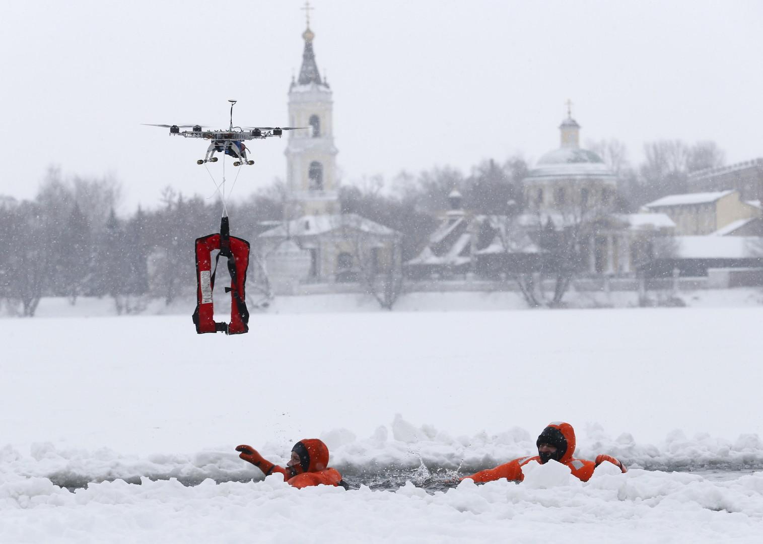 Mitglieder des russischen Katastrophenschutzministerium trainieren in einem Vorort von Moskau den Ernstfall, 13. Januar