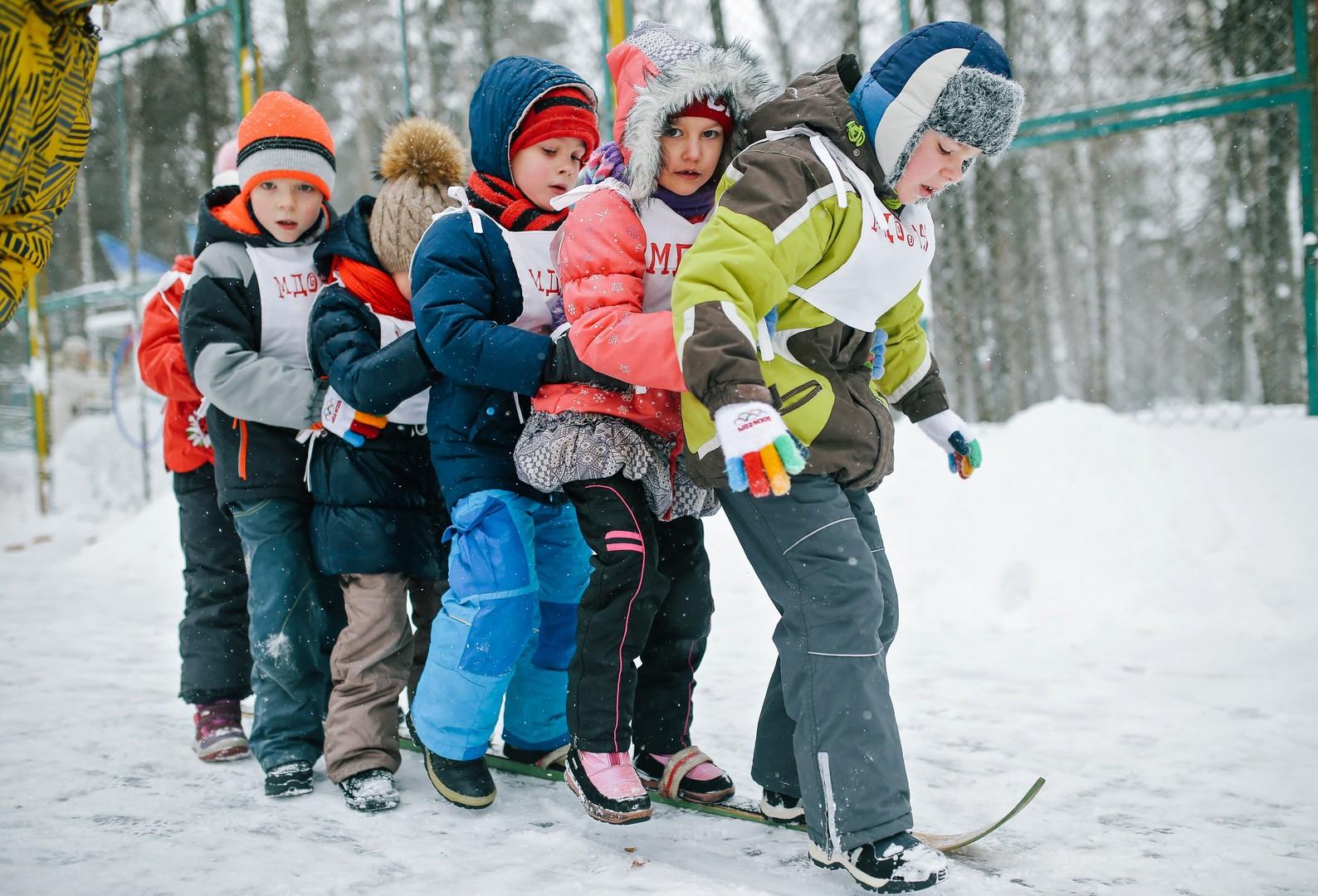 """Kinder nehmen anlässlich des """"Allrussischen Schnee-Tags 2016"""" am """"Auf einem Ski-Wettbewerb"""" im Stepanow Park in Iwanowo teil"""