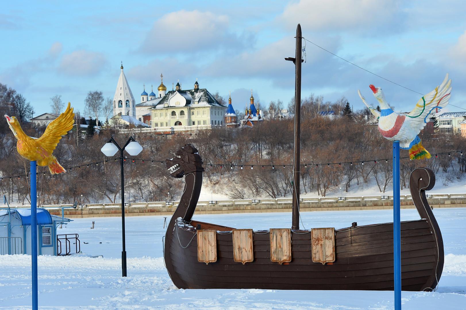Nachbau eines Wikingerschiffes am Ufer des Wolga-Flusses in Cheboksary