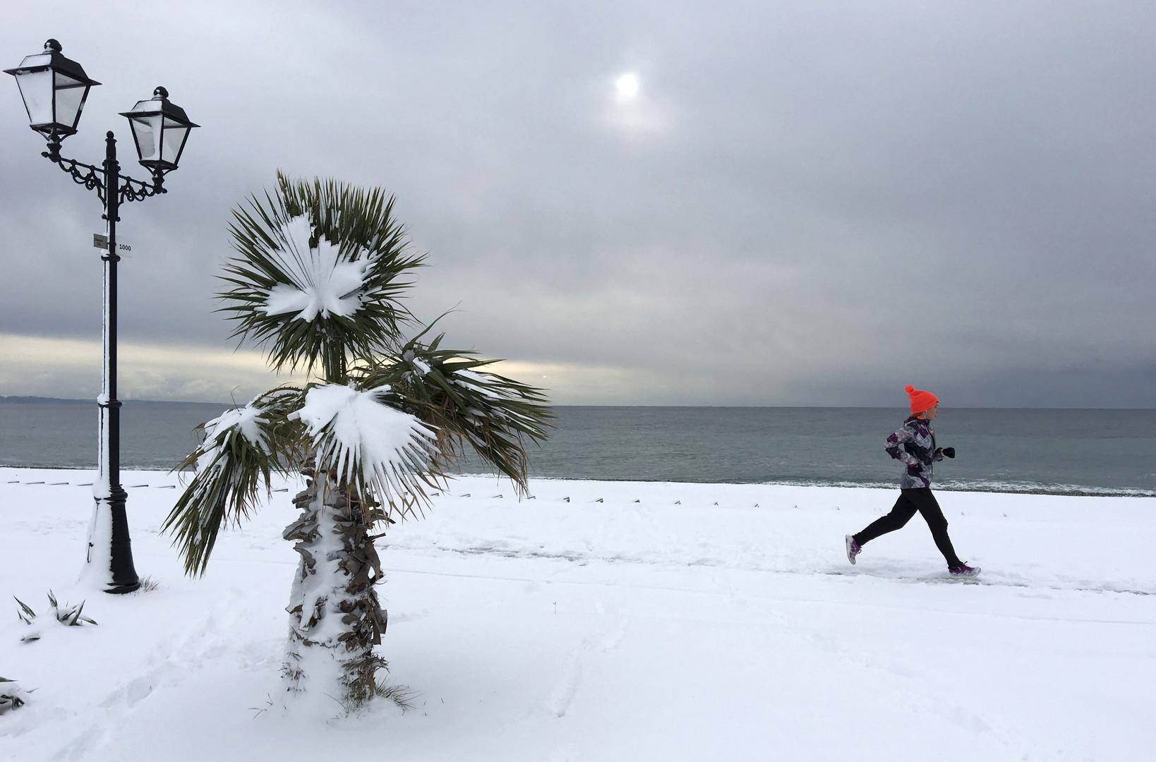 """Joggerin auf der Uferpromenade der Schwarzmeer-""""Perle"""" Sotschi, 15. Januar 2016"""