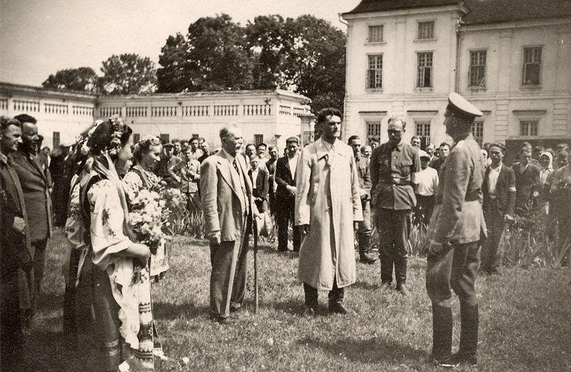 Ukrainische Nationalisten bei einem Treffen mit deutschen Besatzern im Jahr 1941.