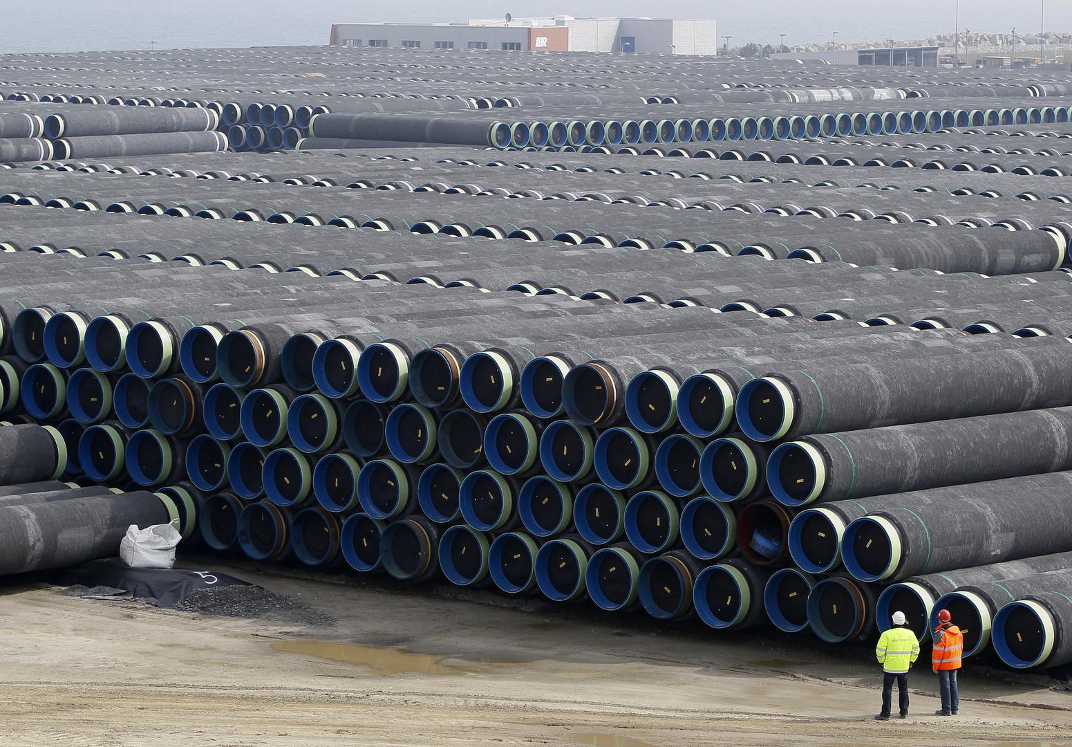 Techniker begutachten gelagerten Pipeline-Segmente für North-Stream auf auf der Ostseeinsel Rügen