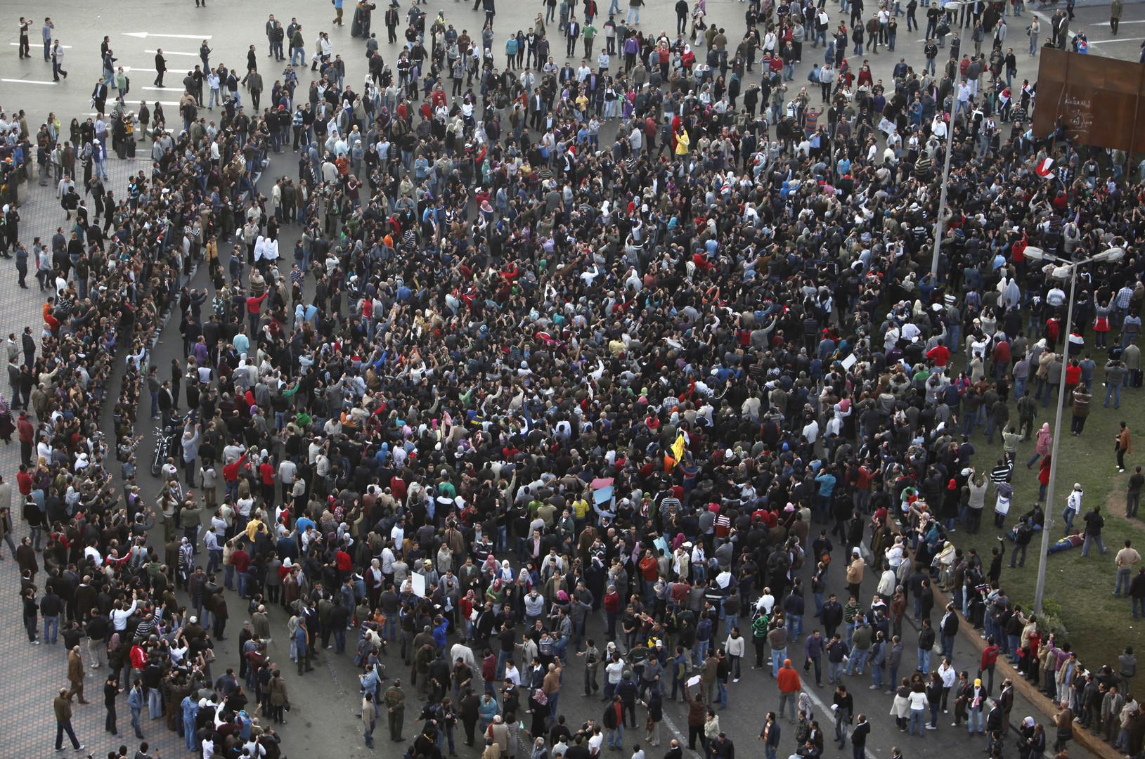 Am Nachmittag des 25. Januar 2011 versammeln sich einige Hundert Menschen auf dem Tahrir-Platz in Kairo.
