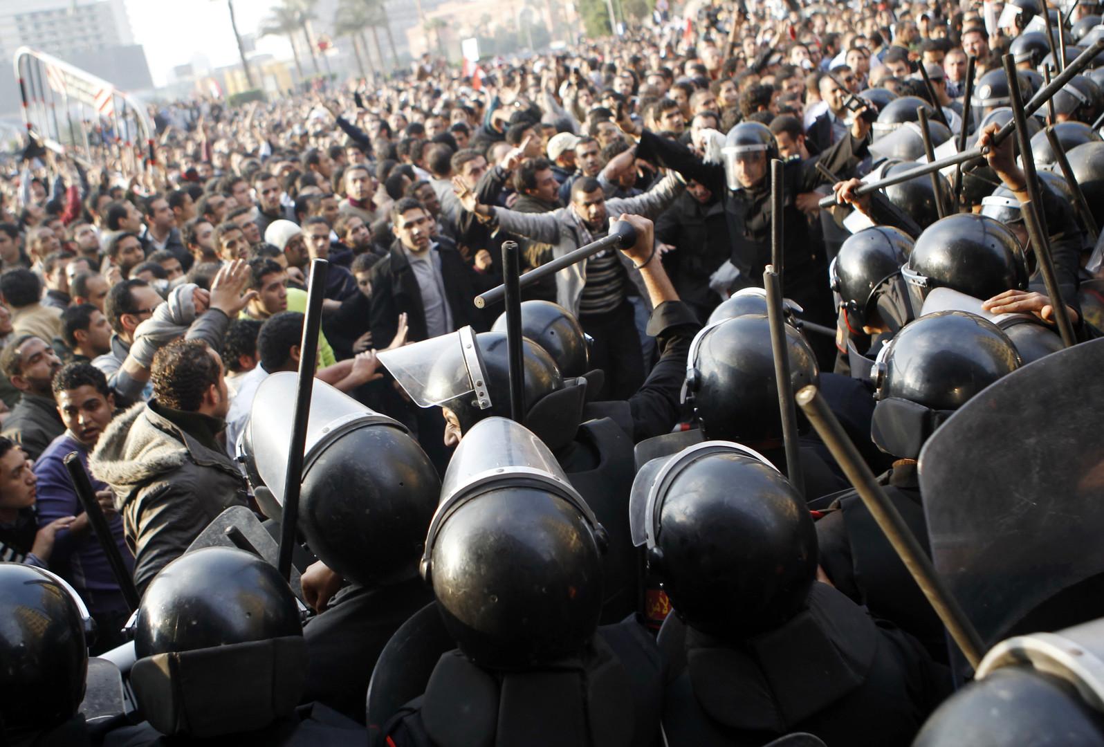 Die Regierung Mubarak reagiert wie gewohnt mit Panzern.