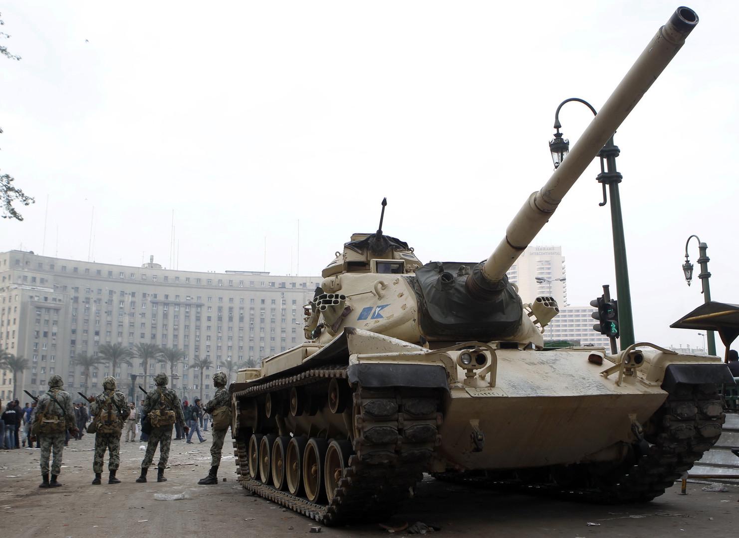 Panzer fahren am Tahrir-Platz auf, aber die Soldaten scheinen unsicher zu sein, wie sie auf die Demonstranten reagieren sollen.