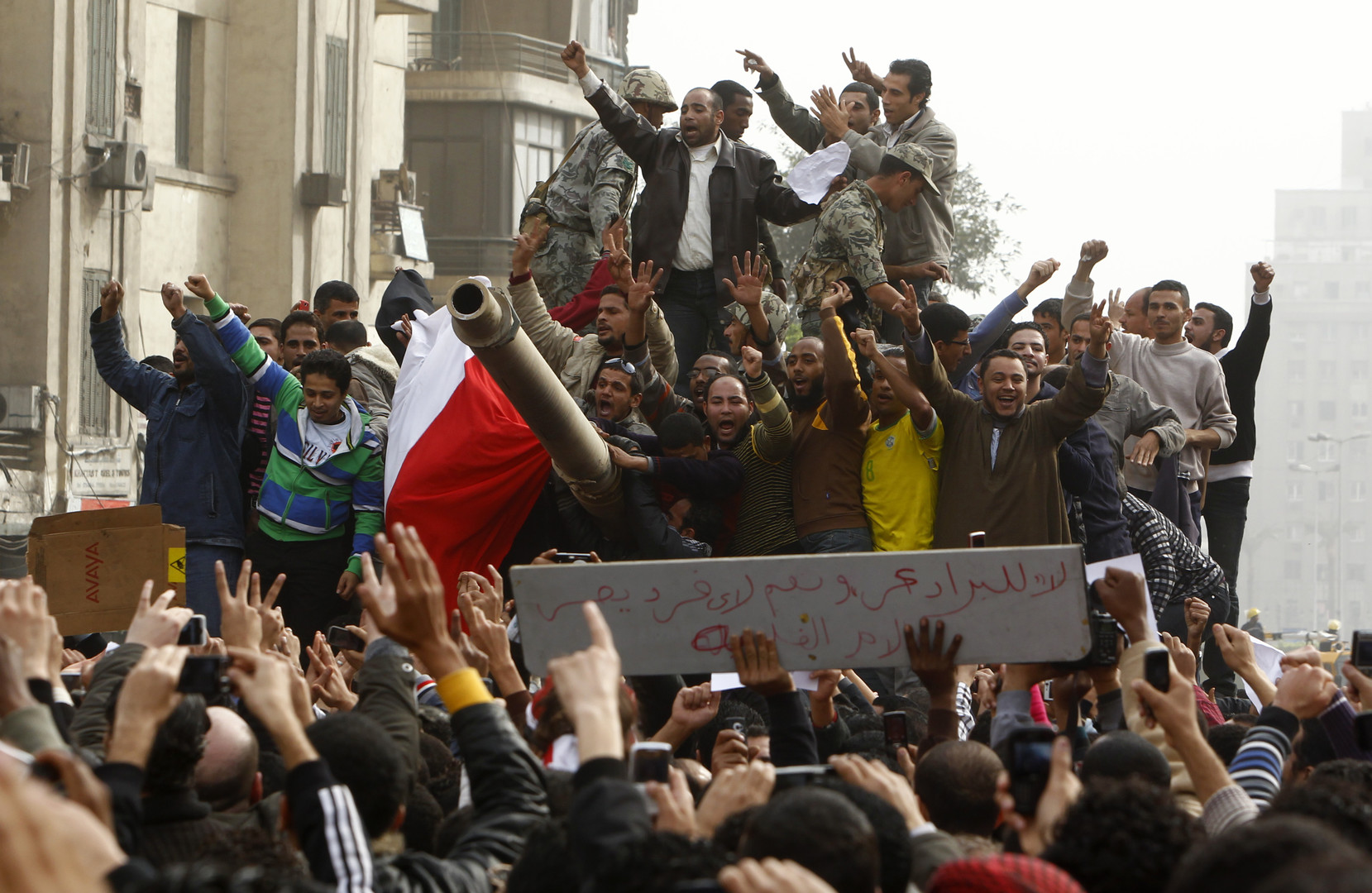 Schnell verbünden sich Soldaten mit den protestierenden Massen.