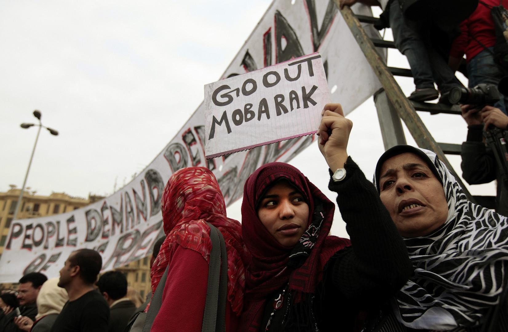 Inzwischen befinden sich alle Bevölkerungsschichten auf dem Platz. Die Frauen beteiligen sich aber bisher nur an den Protesten bei Tageslicht. Später übernehmen sie wichtige Funktionen in der Organisation und dem Schutz.