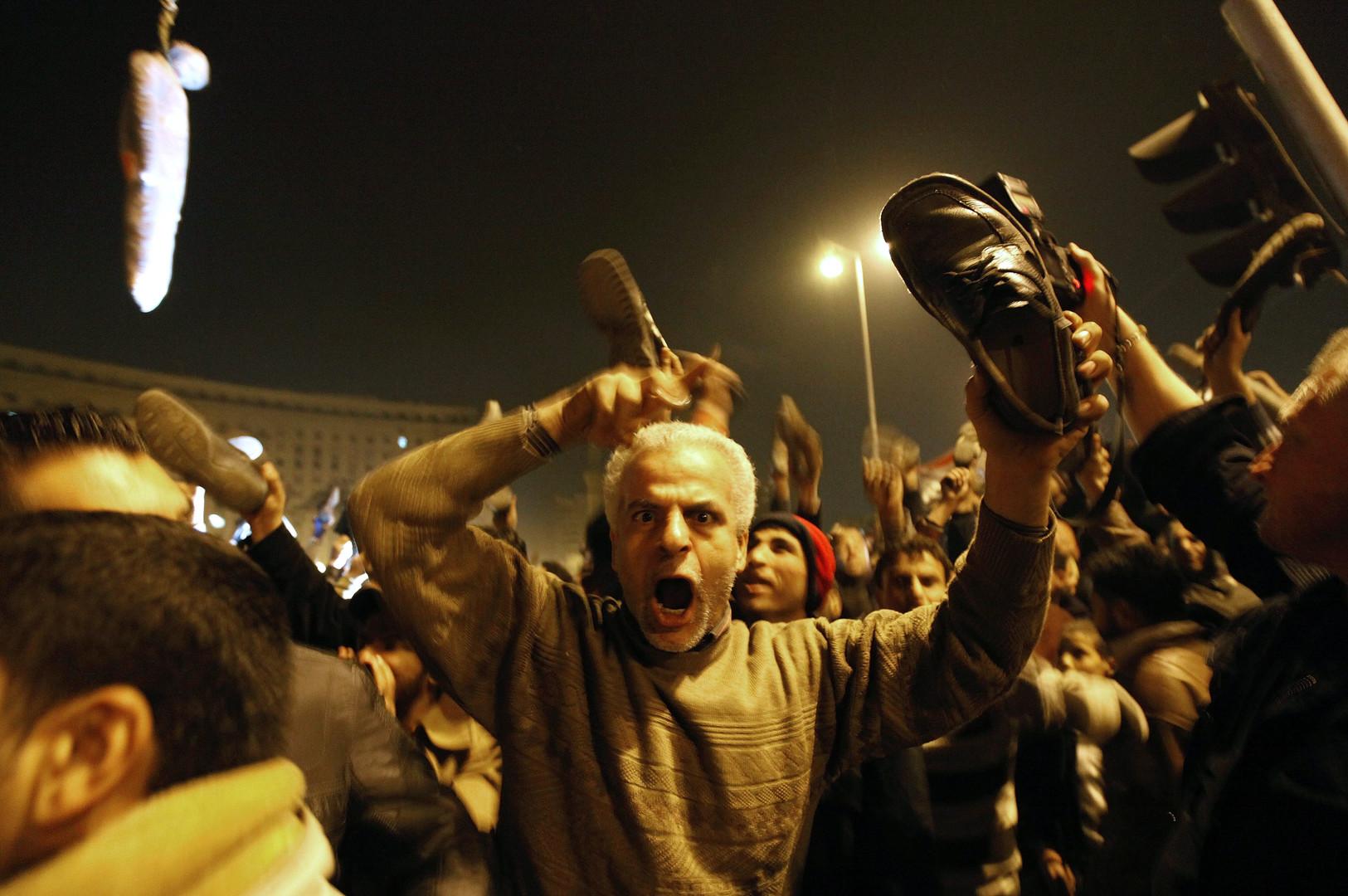 Im Andenken an den Journalisten, der bei einer Presskonferenz den amerikanischen Präsidenten George Bush mit einem Schuh bewarf, wird der Schuh zum viralen Ausdruck der Proteste.