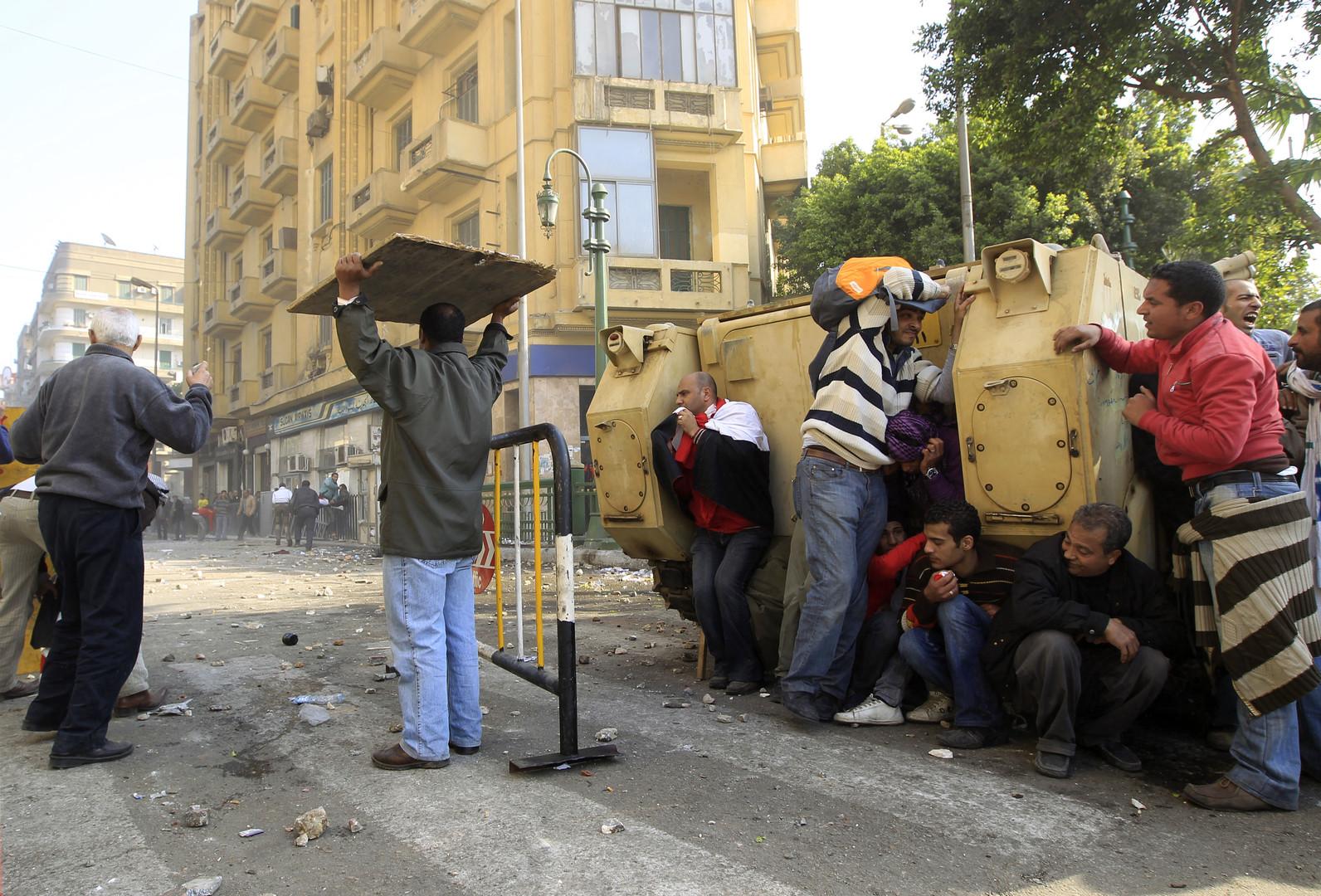 Am 2. Februar kommt es zu den bis dahin schwersten Auseinandersetzungen. Mubarak-Anhänger versuchen den Platz zu besetzen.