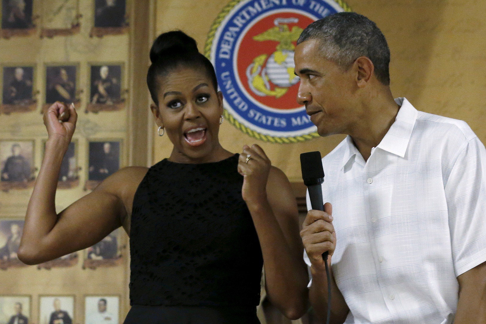 Obama befragt Michelle zu ihren Empfindungen, nach ihrem ersten Volltreffer per MQ-9 Reaper-Drohnen-Joystick