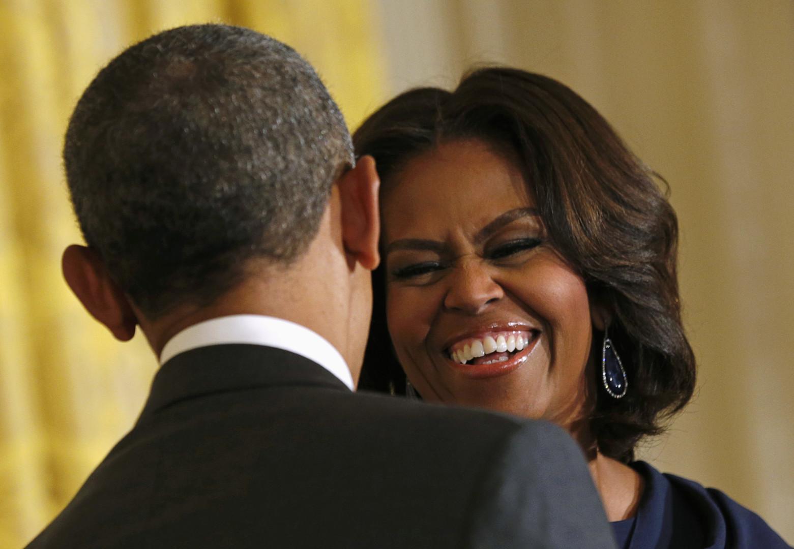 Obama führt zärtlich Michelles Hand, während sie per Joystick die Hellfire-Rakete ins Ziel lenkt