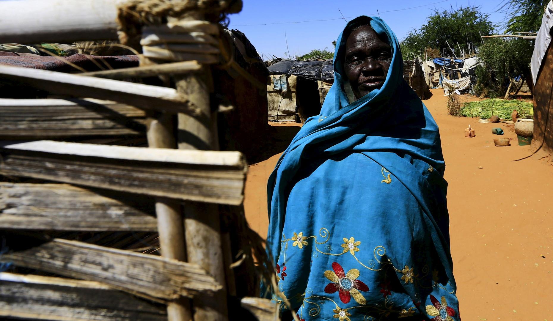 Eine Frau steht in einem Auffanglager für intern vertriebene Flüchtlinge in Nyala, Süd-Darfur.