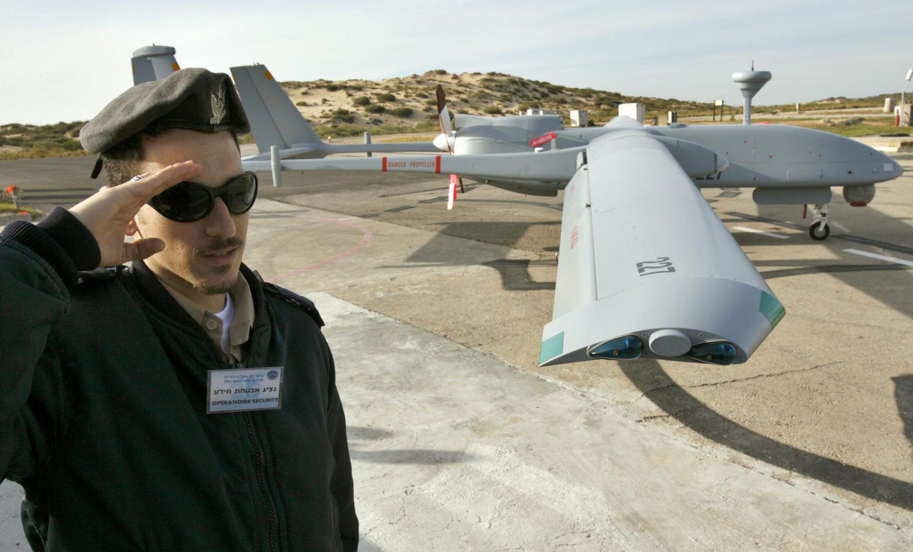 Ein Mitglied der Israeli Air Force neben der damals neuesten Heron-Drohne, Israel, Ashdod März 2007.