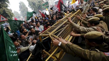 Demonstranten versuchen auf das Gelände der saudischen Botschaft in Neu Delhi zu gelangen. Die Polizei hält sie mit Absperrungen zurück. 4.  Januar 2016.