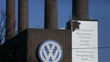 Logo von Volkswagen an der VW-Fabrik in Wolfsburg.