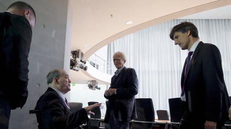 William Binney (2.v.links) redet mit Hans-Christian Ströbele (Die Grünen) und Leiter des Sekretariats des NSA-UntersuchungsausschussesHarald Georgii (SPD) im Juli 2014.