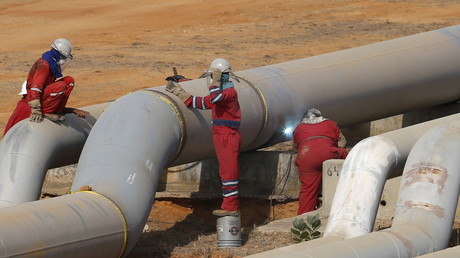Arbeiter an einer Öl-Pipeline (Symbolbild)