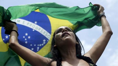 Eine Demonstrantin fordert mit der brasilianischen Nationalflagge die Amtsenthebung von Präsidentin Dilma Rousseff