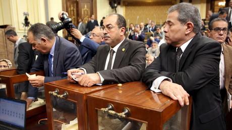 Der Abgeordnete Tawfik Okasha (rechts) bei der Wahl des Parlamentspräsidenten am vergangenen Sonntag. Der ehemalige Fernsehmoderator aus der Nationaldemokratischen Partei steht wie die meisten Abgeordneten dem Militärregime nahe.