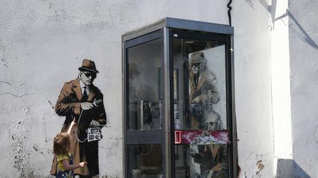 Graffiti in der Nähe des Hauptquartiers des britischen Geheimdienstes Government Communications Headquarters (GCHQ) in Cheltenham, April 2014. Britische Medien erklärten Banksy zum Urheber des malerischen Denkanstoßes.