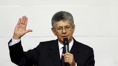 Henry Ramos Allup, neuer Präsident des Parlaments in Venezuela, beim Schwur auf die Verfassung, die er kurz danach ignoriert, am 5.  Januar2016.