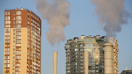 Rauchende Schornsteine in einem Kraftwerk der ukrainischen Hauptstadt Kiew, November 2015.