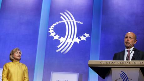 Hillary Clinton lauscht andächtig einer Rede von Goldman Sachs Chef, Lloyd Blankfein, bei einer Veranstaltung der Clinton Global Initiative in New York, September 2014.