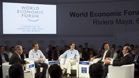 Kolumbiens Energieminister Tomas Estrada Gonzalez (Mitte) sitzt auf dem Weltwirtschaftsforum zusammen mit Emilio Lozoya, Chef des privatisierten mexikanischen Ölunternehmens Pemex, Samir Brikho von Amec Foster und  Ignacio Sanchez Galan von Ibedrola, Riviera Maya in Mexico, Mai 2015.