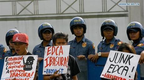 Aktivisten protestieren am Dienstag vor der Botschaft der USA in Manila gegen das Abkommen für neue Militärstützpunkte, das