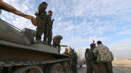 Kämpfer der Syrian Democratic Forces (SDF) bereiten sich auf eine Offensive gegen Daesh (IS) vor, im Süden von Kobane, Syrien Dezember 2015.