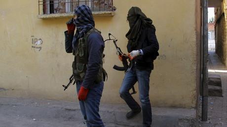 Maskierte kurdische Kämpfer aus der Jugendorganisation der PKK, der YDG-H, in der Stadt Diyarbakir, Türkei, November 2015.