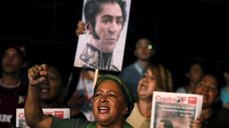 Demonstration von Regierungsanhängern in Venezuela mit einem Portrait von Simón Bolivar