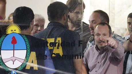 Beamte der Bundespolizei hindern Martin Sabbatella, den Leiter von Argentiniens Behörde zur Medienregulierung AFSCA, sein Büro zu betreten, Buenos Aires, 24. Dezember 2015.