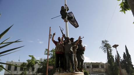 Symbolbild - Mitglieder des syrischen al-Kaida-Ablegers, al-Nusra-Front, feiern die Eroberung der syrischen Stadt Ariha in der Idlib-Provinz, Mai 2015