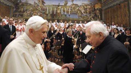 Papst Benedict XVI feiert der 85. Geburtstag seines Bruders, Georg Ratzinger (rechts), während eines Konzerts bei den Regensburger Domspatzenim Januar 2009.