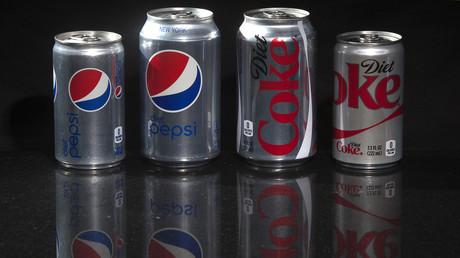 Kleinere Dosen und (umstrittene) Süßstoffe statt Zucker, damit Konsumenten ihre Kalorienaufnahme besser kontrollieren können.