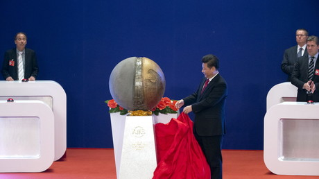 Wird dieser Mann die gespaltene Welt in einer rote Fahne einhüllen? Chinas Präsident Xi Jinping bei der Eröffnung der Asian Infrastructure Investment Bank (AIIB) in Peking, China, Januar 2016.