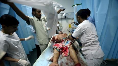 Symbolbild - Sanitäter behandeln einen Mann, der bei einem Angriff der Saudi-Koalition auf die Hafenstadt Houdieda am Roten Meer, schwer verletzt wurde, 21. Januar 2016