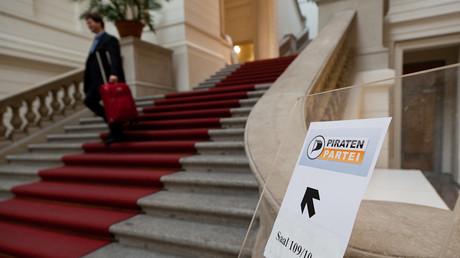 Hinweisschild zum Raum der Sitzung der Piratenfraktion im Abgeordnetenhaus zu Berlin, Tobias M. Eckrich,  Creative Commons Attribution 3.0 Unported