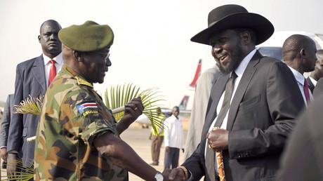 Salva Kiir, offiziell der Präsident des Südsudan, bei einem Treffen mit SPLA-Chef Paul Malong Awan. Der unvermeidliche schwarze Cowboyhut von Salva Kiir ist ein persönliches Geschenk von US-Präsident George W. Bush.