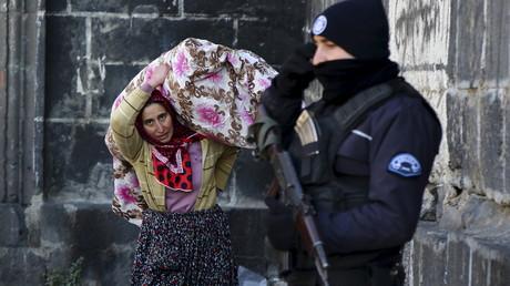 Bewohner fliehen aus den Gebieten mit Ausgangssperre in Diyarbakir, Turkei, 27.  Januar 2016.