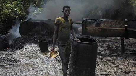 Ein Arbeiter in einer illegalen Rohölraffinerie in Nigeria's Öl-Bundesstaat Bayelsa, November, 2012.
