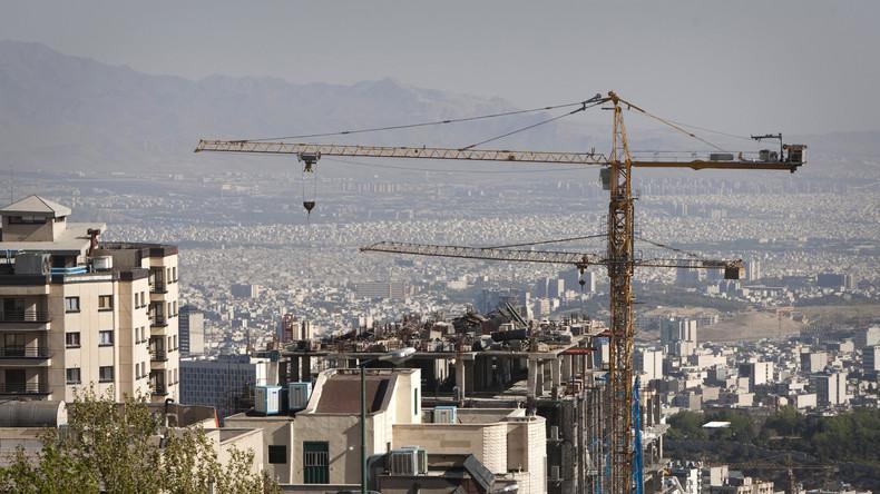 Baukräne errichten Hochhäuser für neues Geschäftsviertel in Nord-Teheran