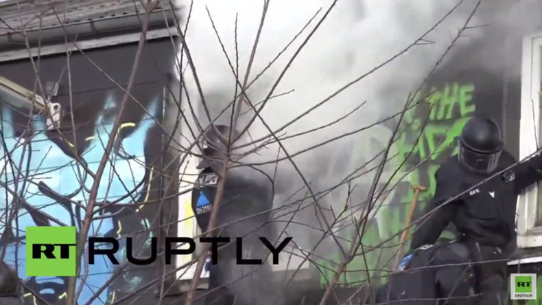 Flensburg: Polizei räumt mit Wasserwerfer und Räumpanzer autonomes Kulturzentrum